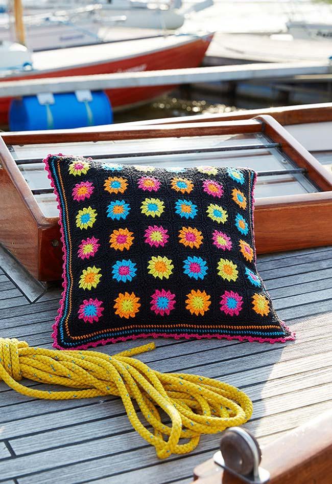 Almofada de crochê floral para tirar um descanso em qualquer lugar