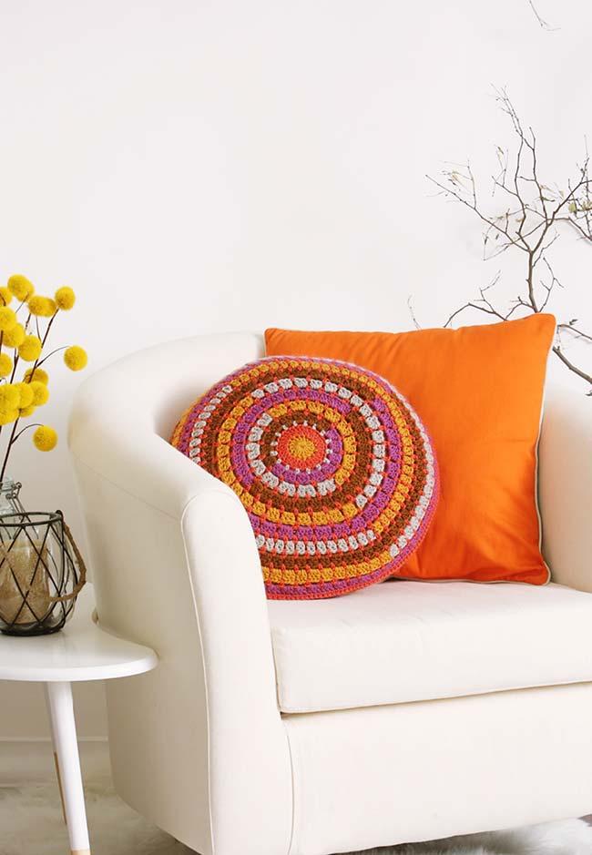 Almofada de crochê redonda multicolorida