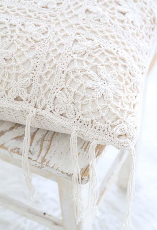 almofada de crochê simples com barbante crua e franjas soltas