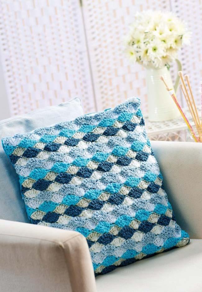 Almofada de crochê em ponto concha e três tons de azul