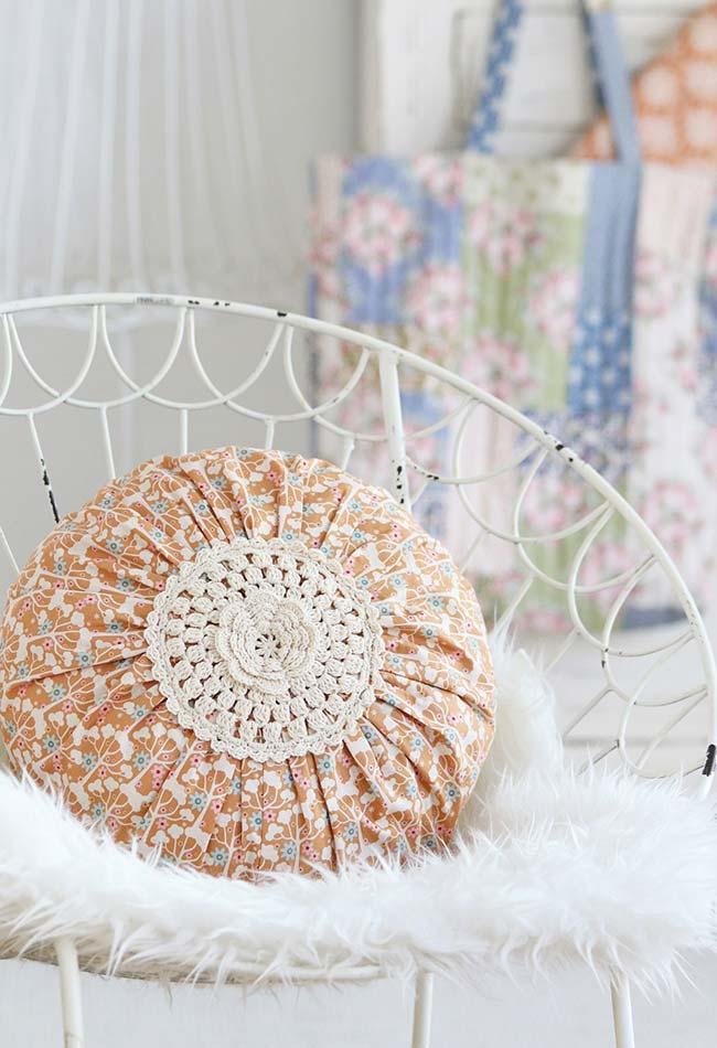Almofada de tecido com aplicação floral em crochê