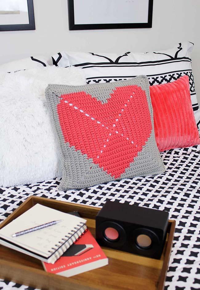 almofada de crochê com desenho estilizado em diferentes cores