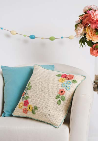 almofadas de crochê com flores coloridas