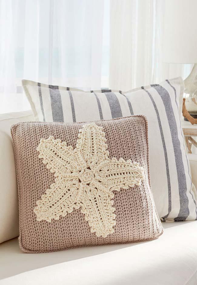 Aplicação de crochê sobre tricô nesta almofada para sala