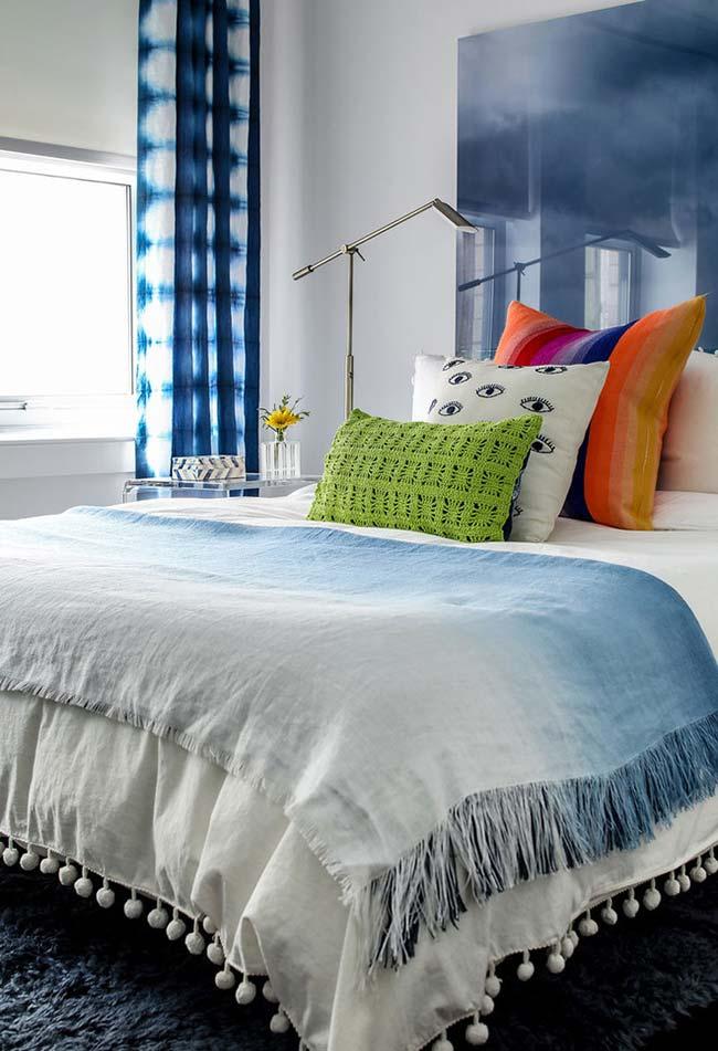 Outra ideia de como você pode combinar suas almofadas de diferentes tipos de materiais, cores e temas