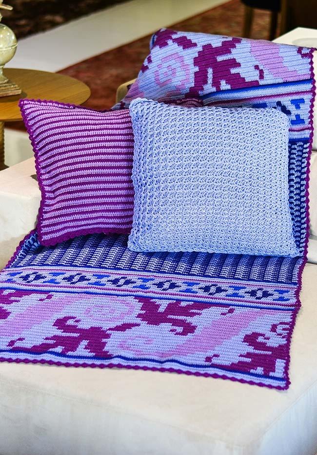 Outro jogo de almofadas com manta para sofá em crochê