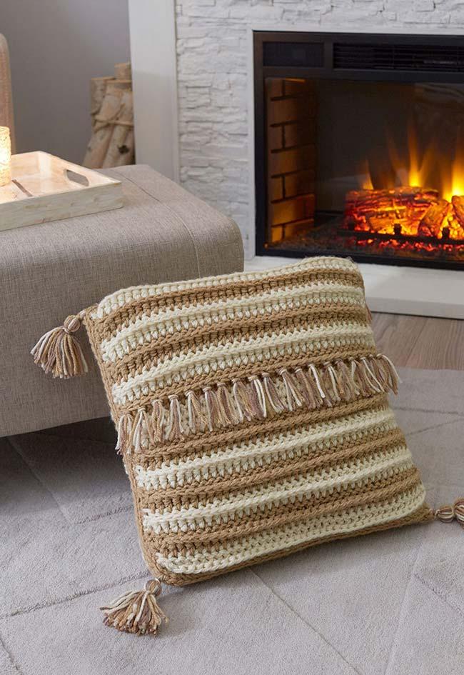 Mega almofada de crochê em um padrão simples listrado: para finalizar, aplique tassels feitos com o mesmo barbante!