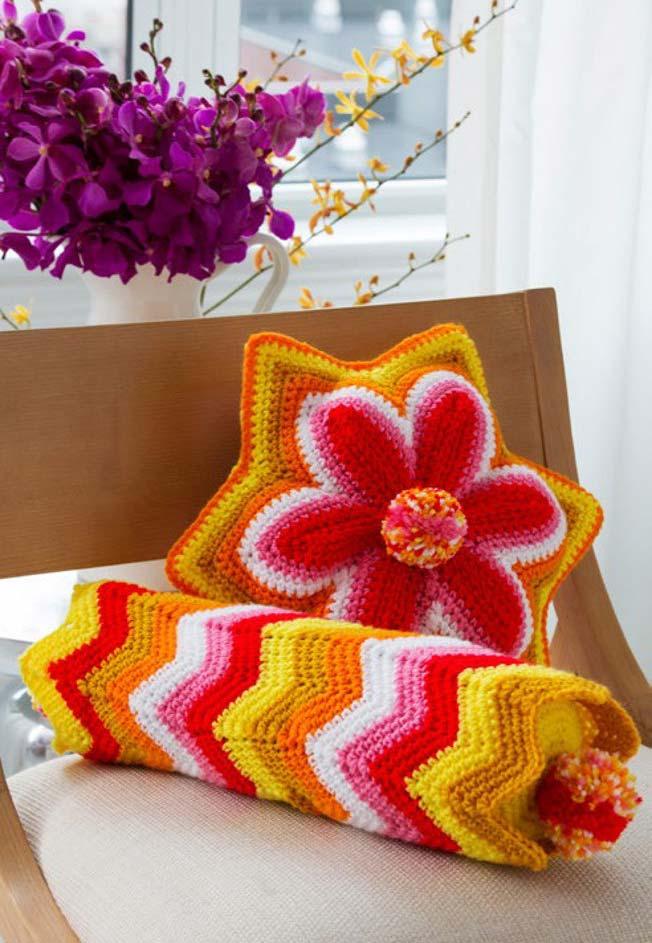 Conjunto com almofada flor com seis pontas e rolinho em crochê: diferentes formas para te acomodar melhor no seu sofá