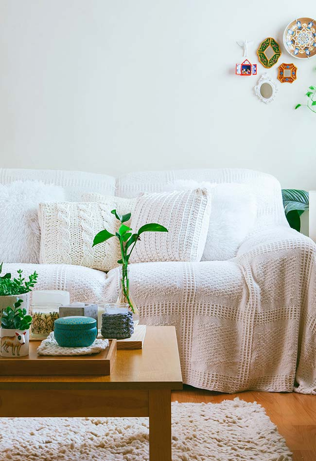 almofadas e manta de crochê num cantinho todo natural
