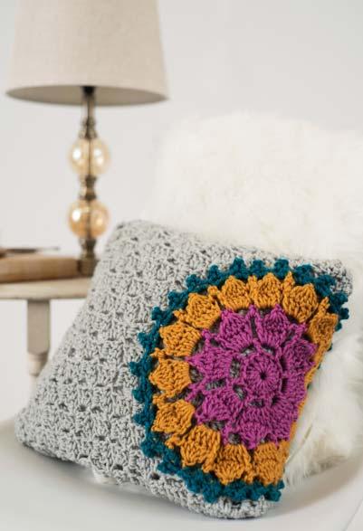 Aplicação de mandala de crochê sobre almofada na mesma técnica