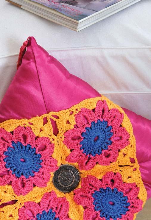Outra ideia de aplicação de crochê sobre almofada de tecido
