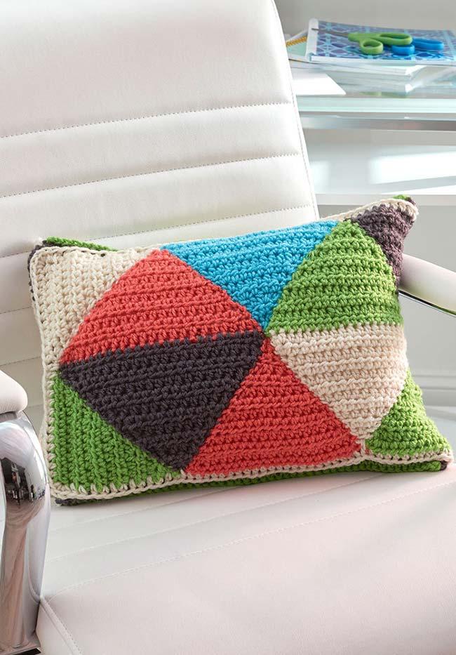 Almofadinha de crochê com padrão triangular e colorido