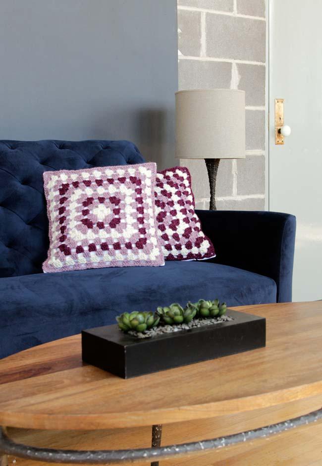Conjunto de almofadas de crochê com padrão intercalado