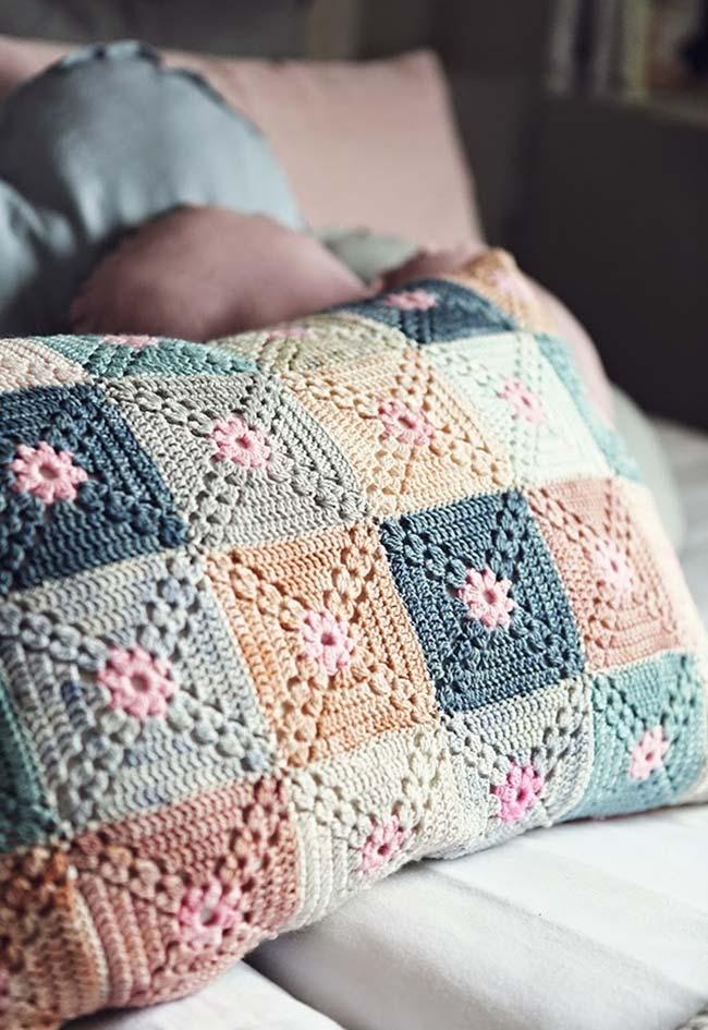 Almofada de crochê com padrão de quadradinhos em tons de candy colors