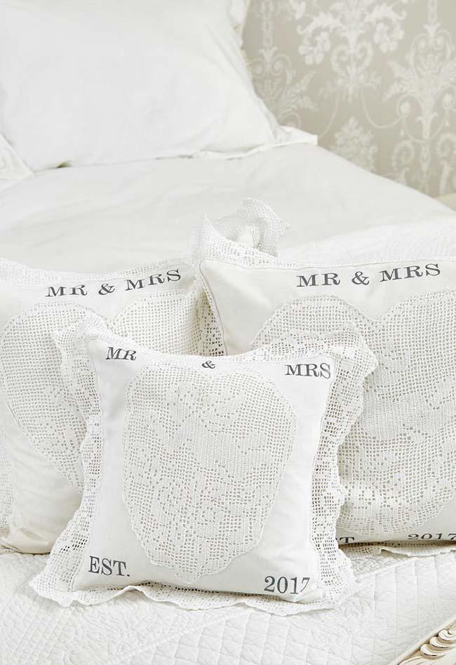 almofada de crochê rendada para os novíssimos Sr. & Sra.