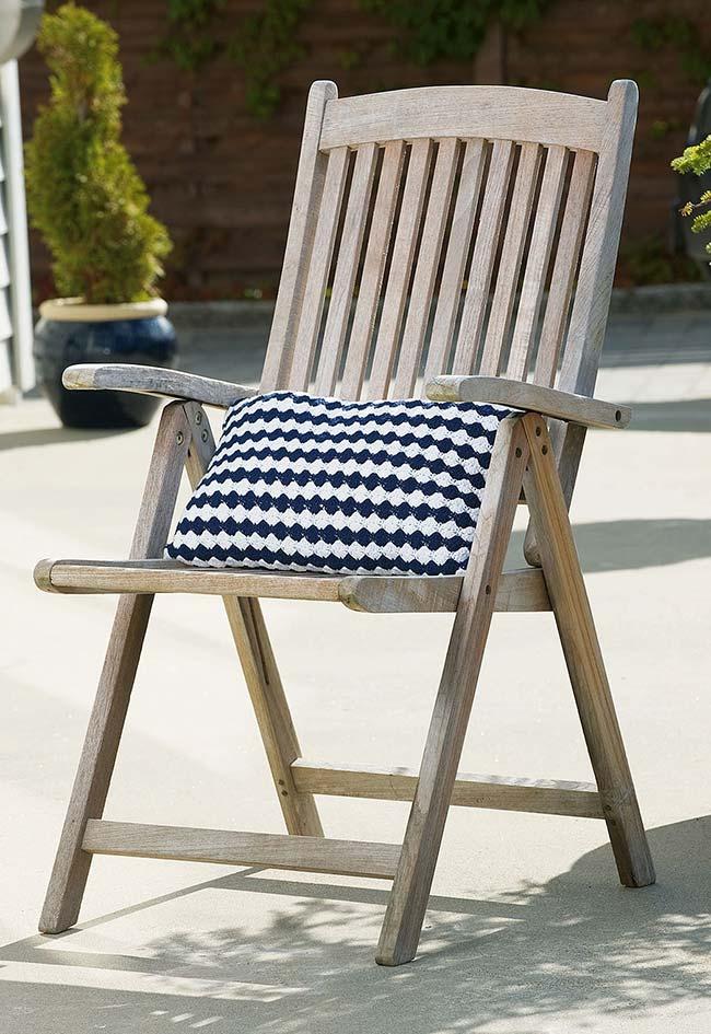 Almofada de crochê listrada branco e azul