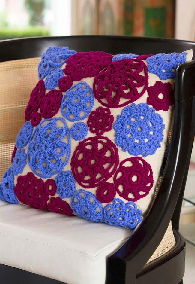 Muitas e muitas aplicações: você pode aplicar crochê sobre tecido de diferentes maneiras, formando uma composição única