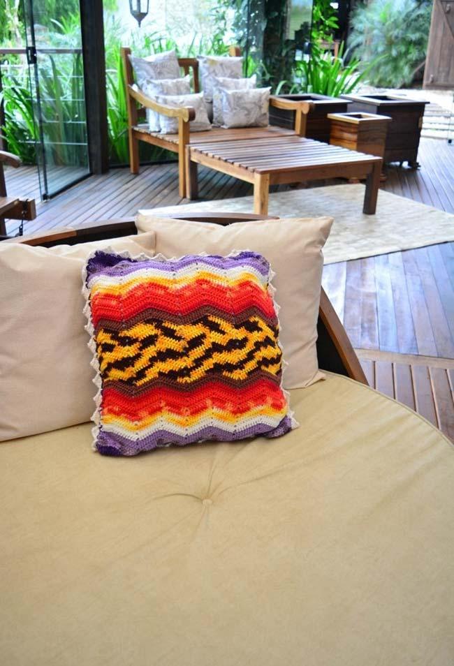 Aposte nos fios mesclados de diferentes cores para fazer sua almofada de crochê