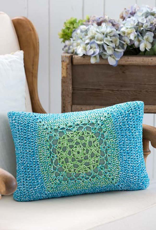 Almofada de crochê com fio mesclado
