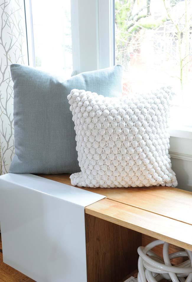 Almofada de crochê feita com lã pompom