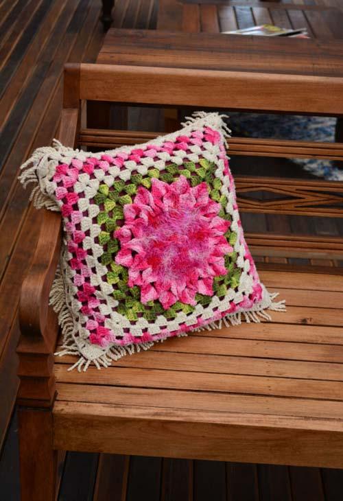 Almofada de crochê com flor mesclada e em alto relevo