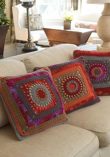 Trio de almofadas de crochê com mandalas super coloridas