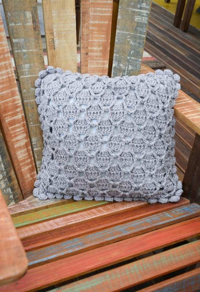 azul clarinho como tema principal dessa almofada de crochê