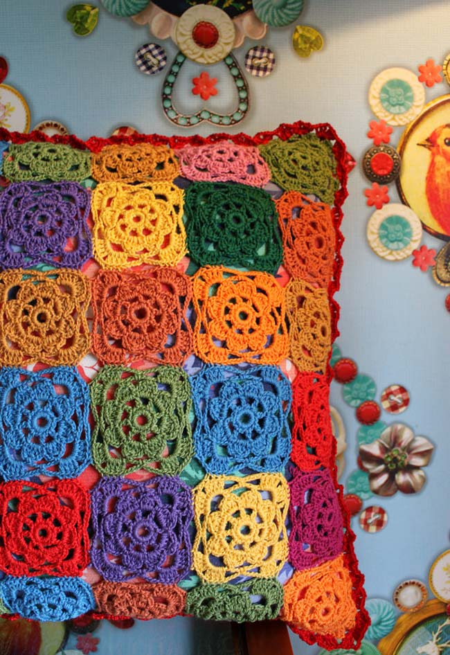 Almofada de crochê com flores quadradinhas multicoloridas