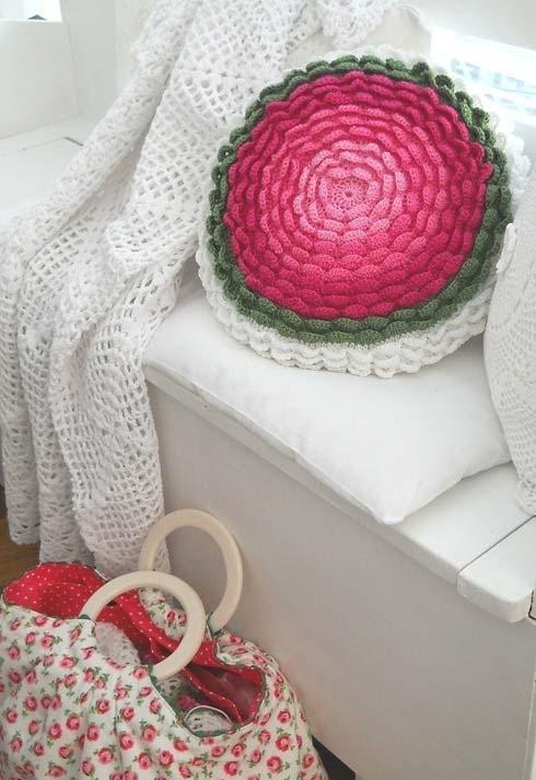 Almofada de crochê redonda com flor em babados degradê