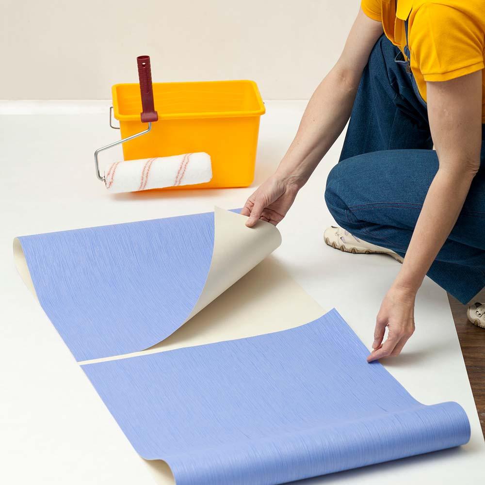 Como colocar papel de parede: passe cola no papel de parede