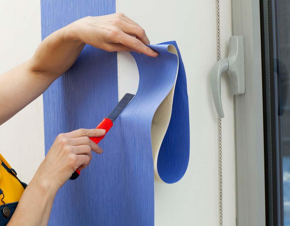 Como colocar papel de parede: corte o papel de parede