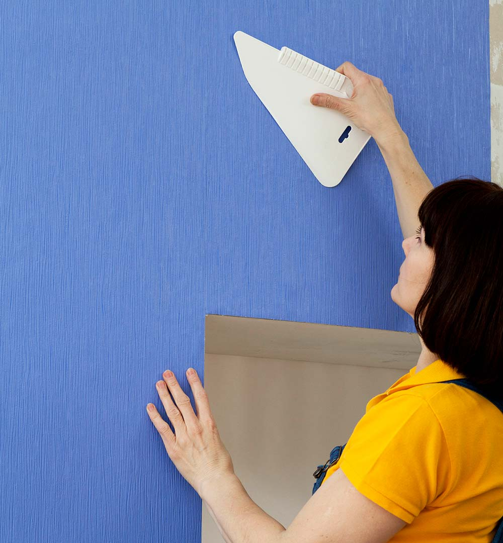 Como colocar papel de parede: retire bolhas