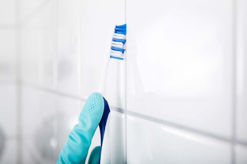 Como limpar azulejo de banheiro escova e água