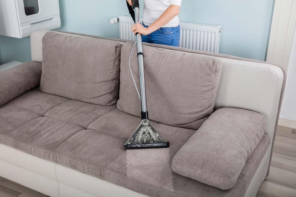 Como limpar sofá com aspirador de pó