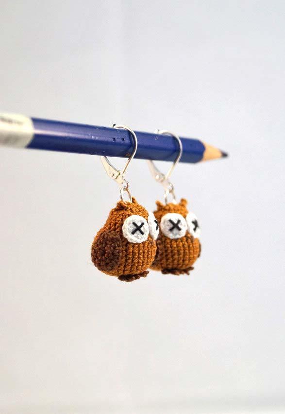 Coruja de crochê dorminhoca no lápis