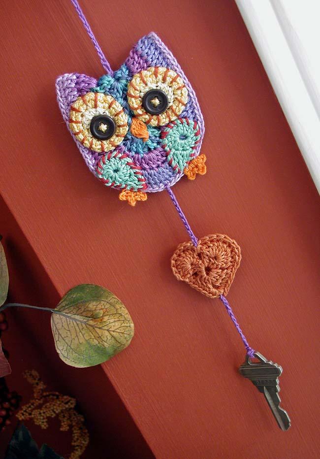 Um Garland ou móbile suspenso de crochê super colorido com corujinhas e muito amor