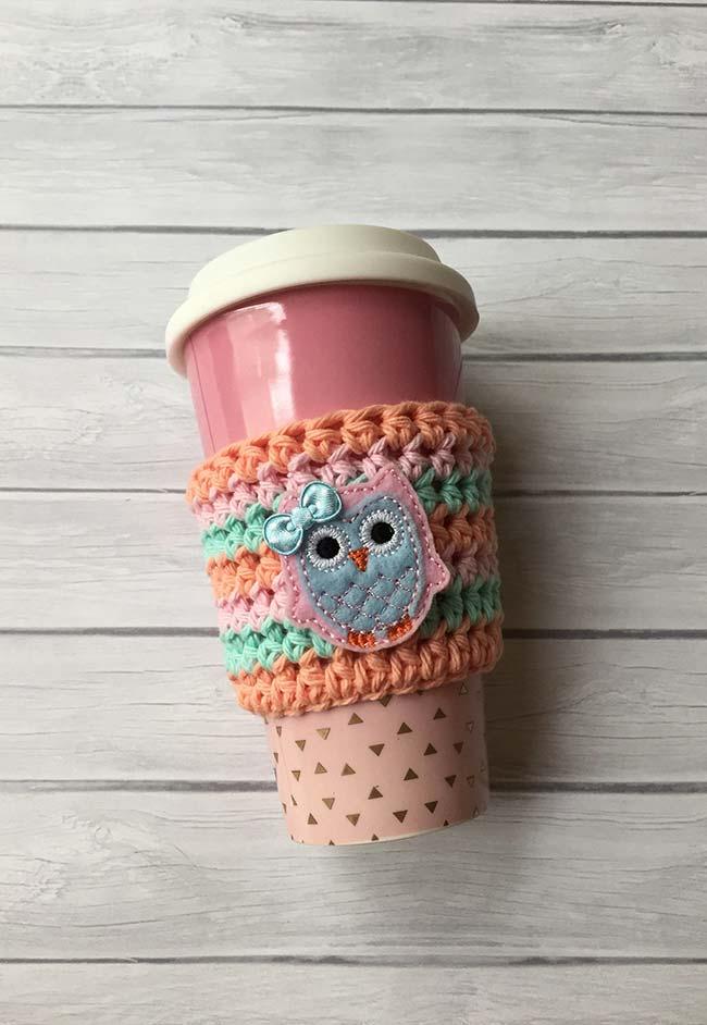 Outra ideia de crochê para te proteger dos cafés e chás quentes no tema coruja