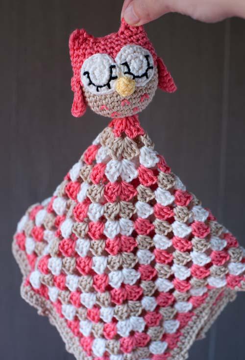 Aplique os amigurumis de corujinha em outros itens de crochê