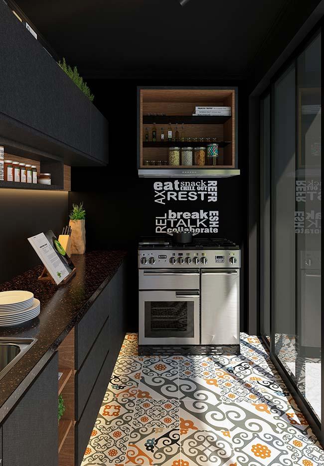 Cozinha preta pequena no estilo corredor