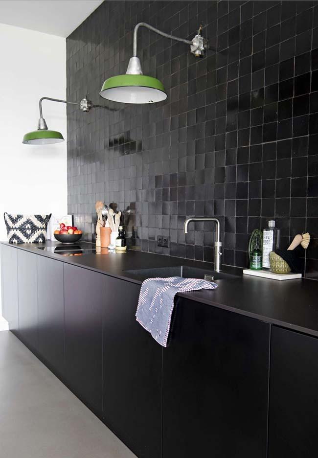Cozinha preta e branca com detalhes em verde