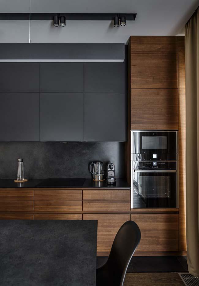 Outro modelo de cozinha preta com madeira
