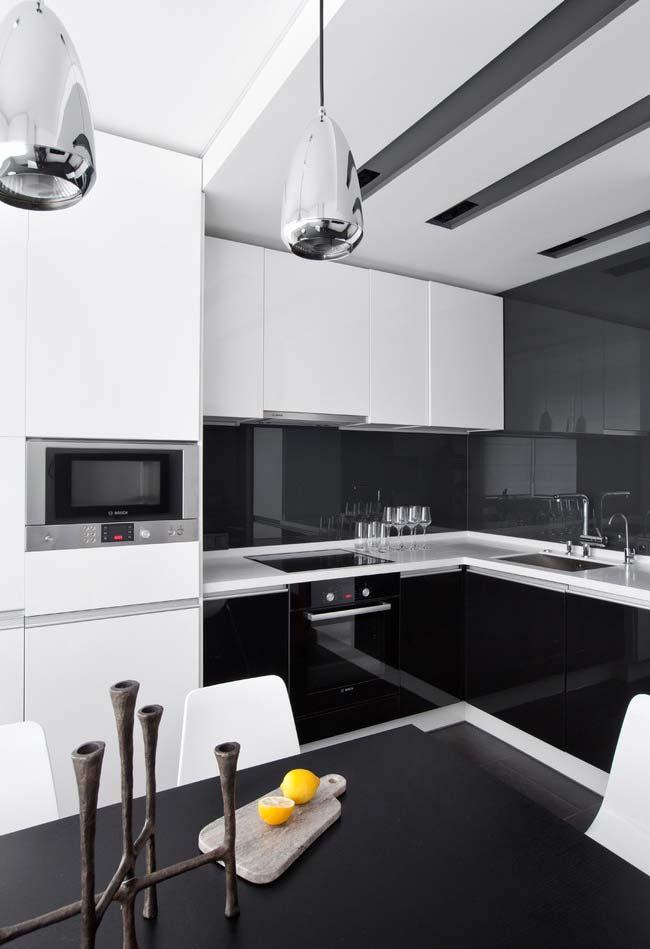 Cozinha preta e branca com acabamento esmaltado