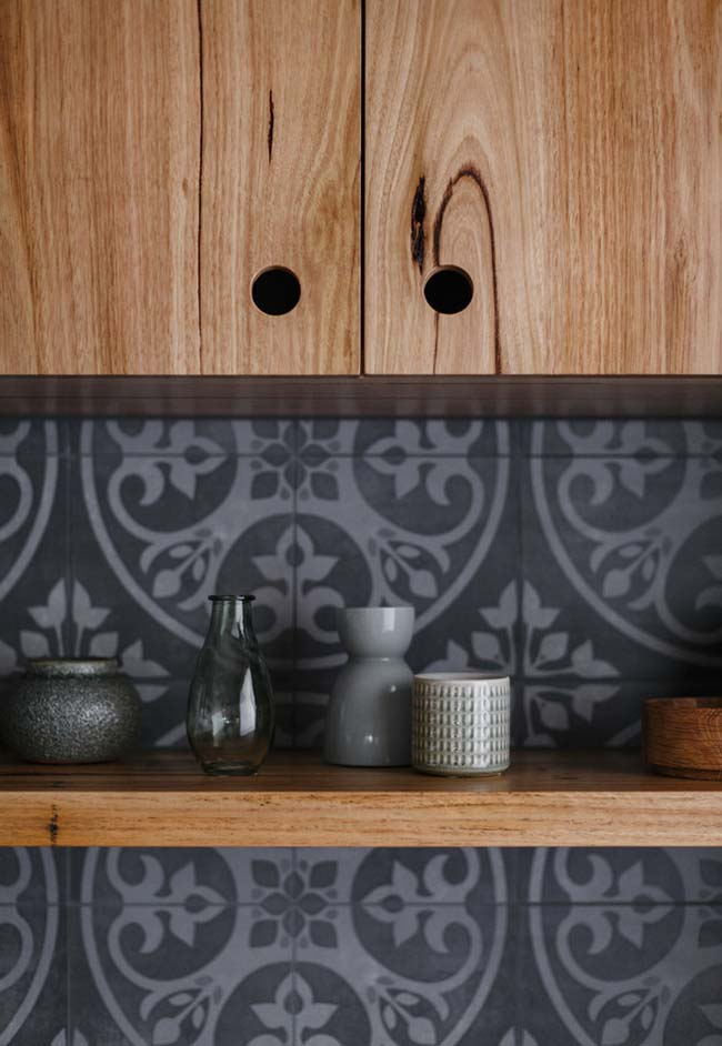 Cozinha preta com madeira