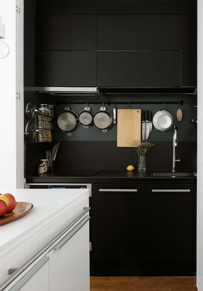 Cozinha preta pequena e funcional