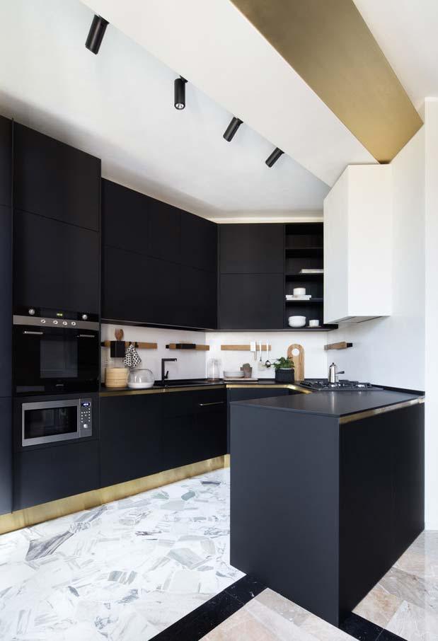 Cozinha preta, branca e dourada