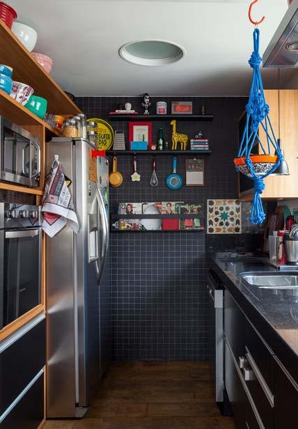 Cozinha preta com muita cor e alegria sim
