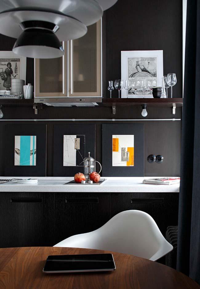 Preto como o fundo neutro perfeito para pendurar fotografias, quadros e decorar sua parede da cozinha