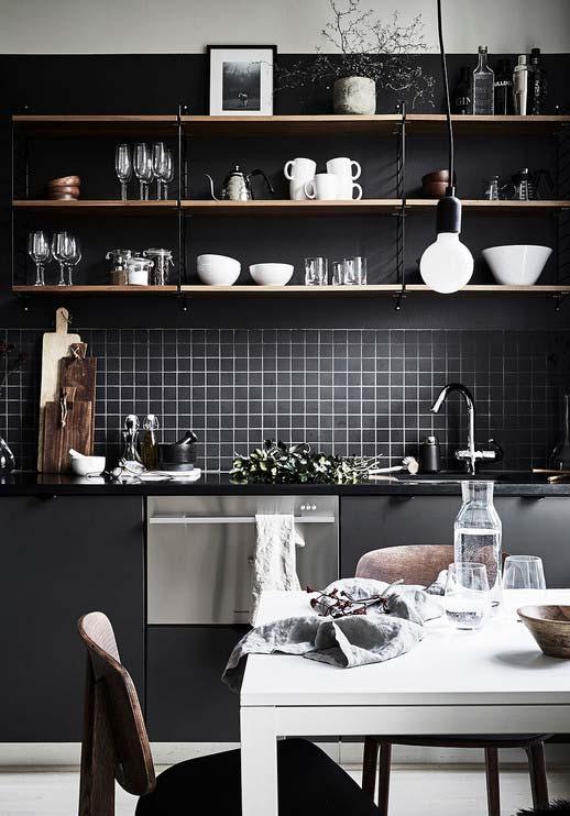 Além do preto, outra tendência da decoração de interiores são as grandes prateleiras