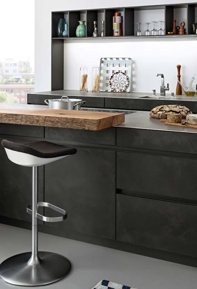 Crie uma divisão horizontal de cores para balancear o claro e escuro da sua cozinha