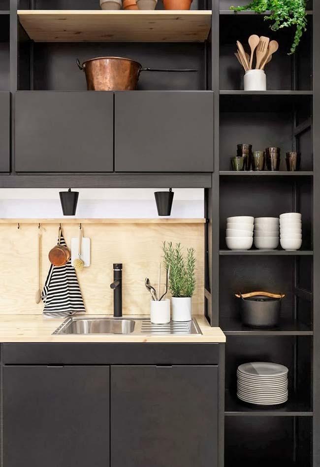 Cozinha preta com nichos e utensílios claros